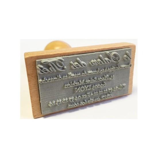 Un tampon personnel en bois avec votre adresse
